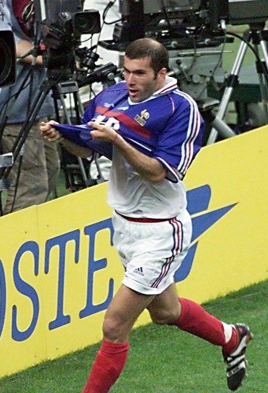 Zidane embrassant le maillot tricolore après son deuxième but face au Brésil lors du Mondial 1998