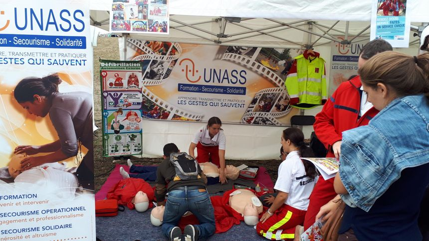 Atelier pour former aux gestes qui sauvent, ici sur le stand de l'UNASS lors de cette édition 2018 du Grand Déj'