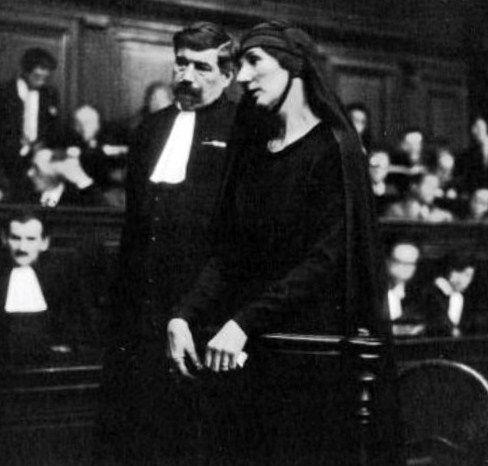 Madame Nozière à la barre des témoins en 1934 et son avocat Maître Boitel