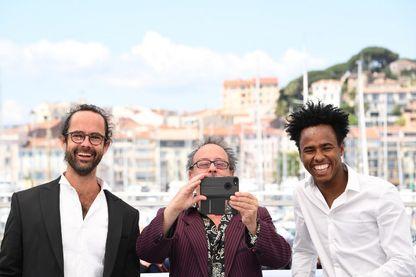 Cédric Hérou, agriculteur producteur d'olives et militant pour l'aide aux migrants avec le réalisateur, Michel Toesca et le migrant tchadien Aboubakar Ali Mahamat pendant la 71ème édition du Festival de Cannes