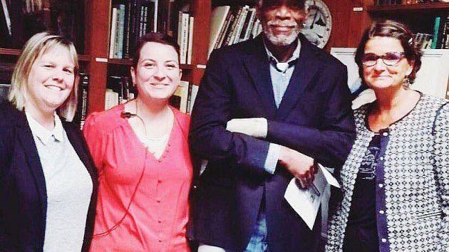 Morgan Freeman a posé avec le personnel du musée du débarquement d'Arromanches (14)