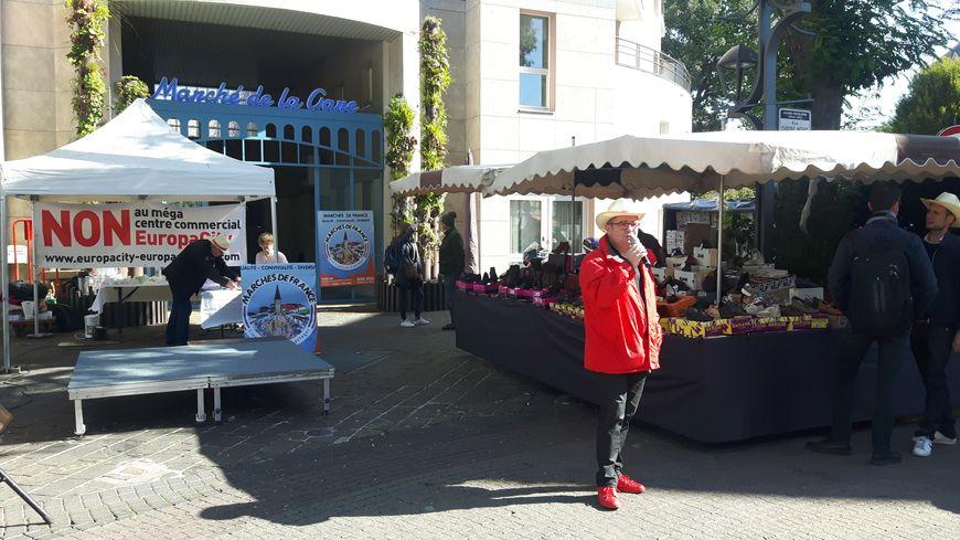Les commerçants ont installé un stand au cœur du marché du centre ville d'Aulnay-sous-Bois