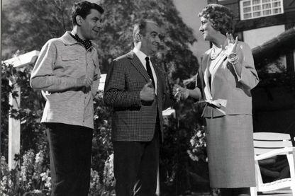 Philippe Nicaud, Louis De Funès et Jacqueline Maillan. Pouic Pouic, c'est le poulet que Madame promène en laisse dans le jardin de la propriété...