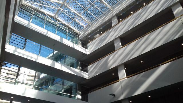 Le nouveau lycée international Lucie Aubrac de Courbevoie, des bâtiments neufs, tout en verre et en bois.