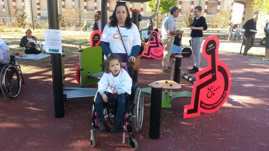 Emilie, et sa petite Lilou, qui ne peut accéder à aucun jeu public.