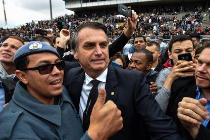 Le candidat extrémiste Jair Bolsonaro avec un militaire le mois dernier à Sao Paulo