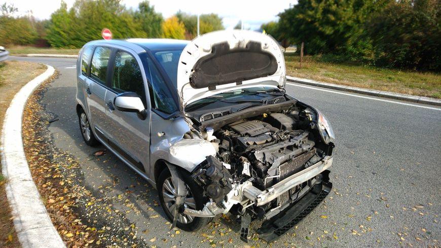 La gendarmerie d'Ille-et-Vilaine a interpellé dimanche un conducteur qui roulait ivre le capot de sa voiture ouvert.