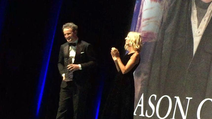 Jason Clarke a reçu son prix des mains de la présidente du jury Sandrine Kiberlain.