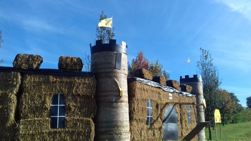 illustration château fort en paille