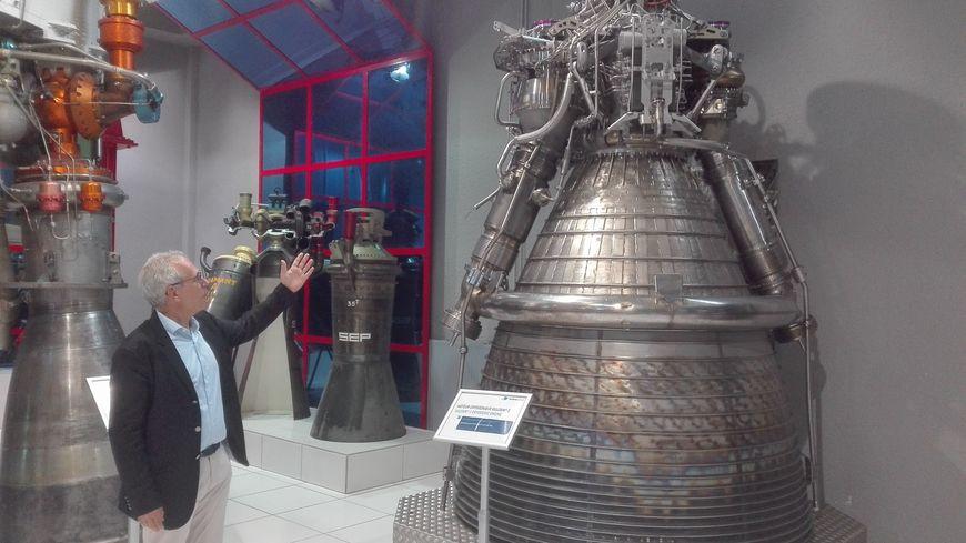 Philippe Girard, directeur du cluster propulsion liquide d'Ariane Group, devant le moteur Vulcain 2, qui équipe Ariane 5