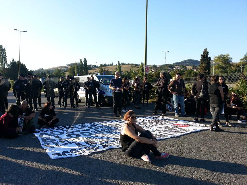 Les forces de l'ordre présentes sur le site de La Talaudière lors du rassemblement anti-viande devant l'abattoir