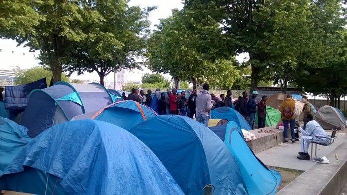 Migrants dans la rue à Paris