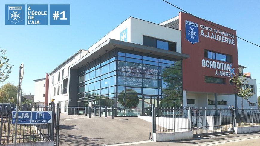 Le bâtiment principal du centre de formation de l'AJA