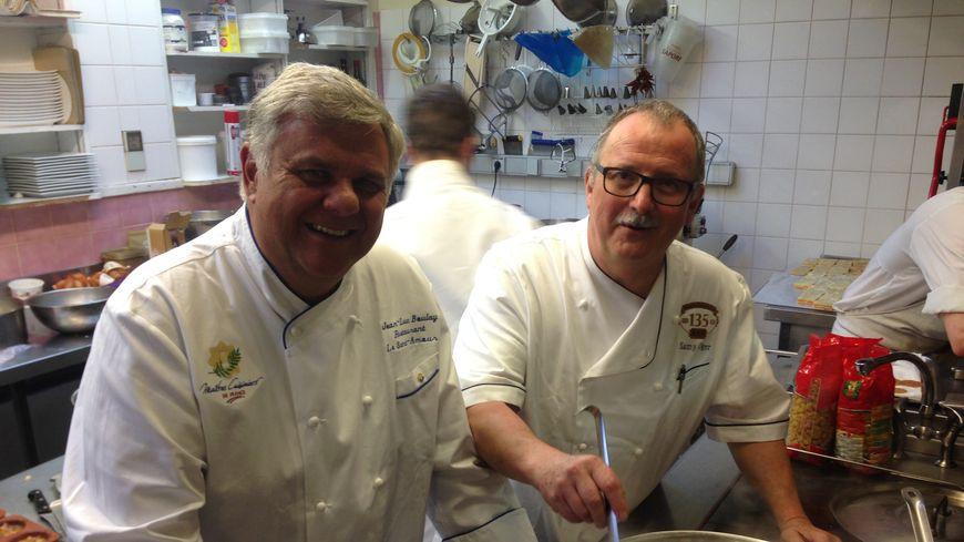 Jean-Luc Boulay et Samuel Oger dans les cuisines de l'Hôtel du Commerce de Vaiges