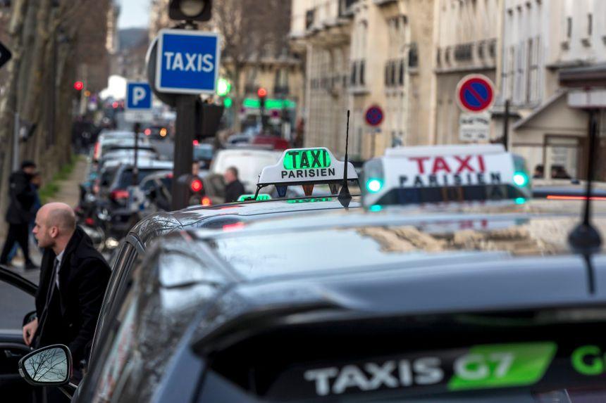 Une station de taxis à Paris.