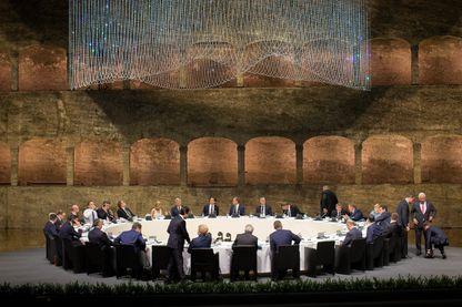 Diner informel des 28 dirigeants de l'Union européenne, mercredi soir à Salzburg, Autriche, en prélude au sommet d'aujourd'hui.