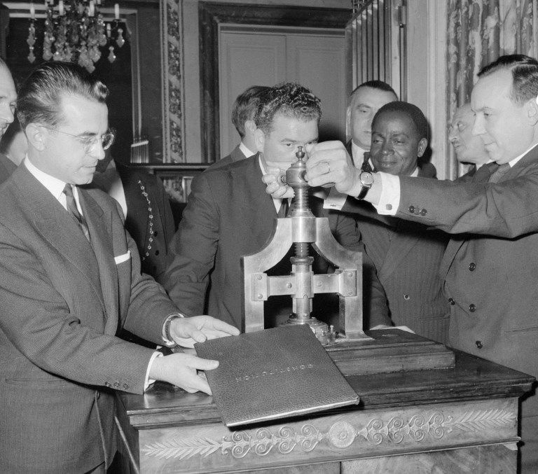 Michel Debré, ministre de la Justice, tourne la presse modelant dans la cire le grand sceau de la Constitution de la Vème République, le 06 octobre 1958 au ministère de la Justice à Paris.