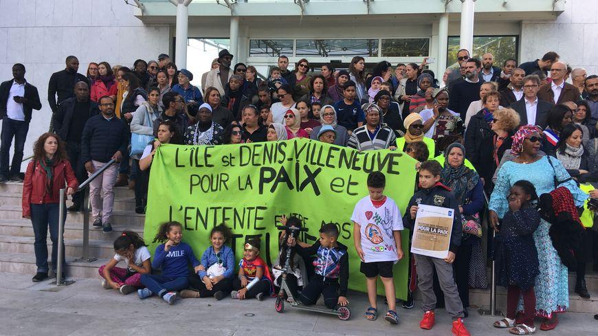 Une centaine de personnes réunies ce samedi 29 septembre pour la marche des familles devant la mairie de Villeneuve-la Garenne