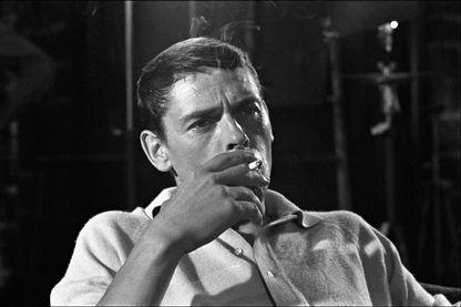 """Jacques Brel sur le tournage de 'Les Risques du métier' d'André Cayatte, en juillet 1967. Enregistrée après que Brel a décidé d'arrêter les tours de chant, """"Vesoul"""" ne sera jamais jouée sur scène."""