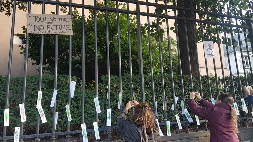 Les militants anti-GCO plantent des arbres en papier sur les grilles de la préfecture à Strasbourg.
