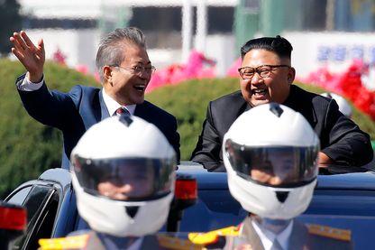 Les deux leaders coréens saluant la foule à Pyong Yang