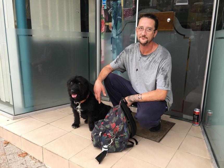 """Benoît, un habitant, a accroché ce """"bobinot"""" sur son sac à dos pour ramasser les crottes de Djoks, son chien"""