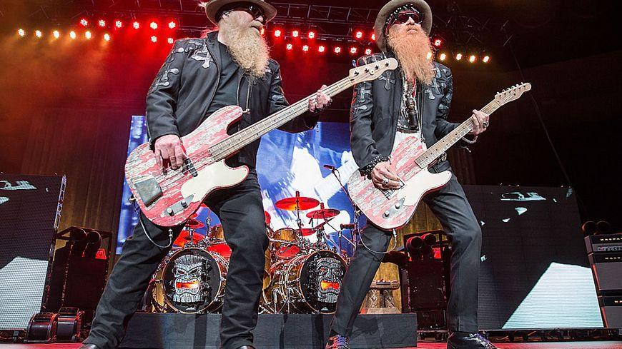 Les musiciens Dusty Hill et Billy Gibbons de ZZ Top en concert au Cedar Park Centre le 30 avril 2015, Texas.