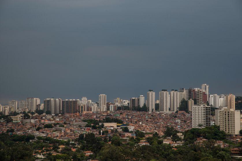 Aperçu du bidonville de Paraisopolis et du quartier  de Morumbi à Sao Paulo, Brésil