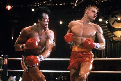 """Rocky Balboa représentant les USA, frappant Ivan Drago, champion de boxe de l'URSS, scène du film """"Rocky IV"""" en 1985."""