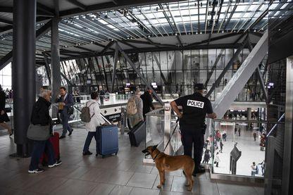 Une voiture en fuite a fait irruption sur les pistes de l'aéroport de Lyon, la sécurité dans les aéroports remise en question