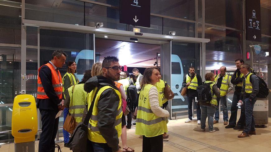 Les usagers distribuent des tracts à la gare de Valence-TGV, devant le quai 4, d'où partent les trains pour Lyon.