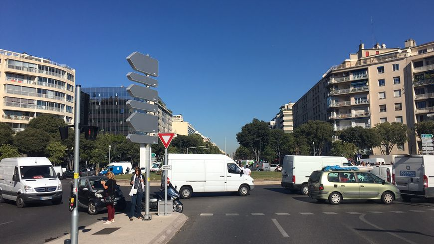 Les forains du marché de la Plaine ont bloqué le rond-point du Prado à Marseille une partie partie de ce vendredi