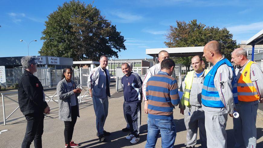 L'intersyndicale du site de Metz-Borny tractait à la sortie de l'usine pour annoncer aux salariés une nouvelle qu'ils jugent heureuse.