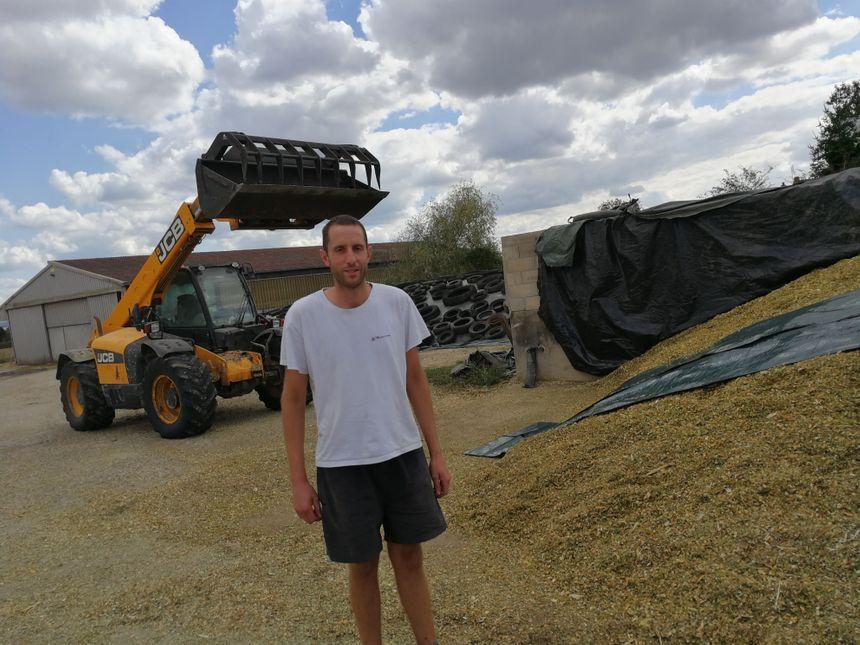 Nicolas devant son tracteur dans la cour de la ferme