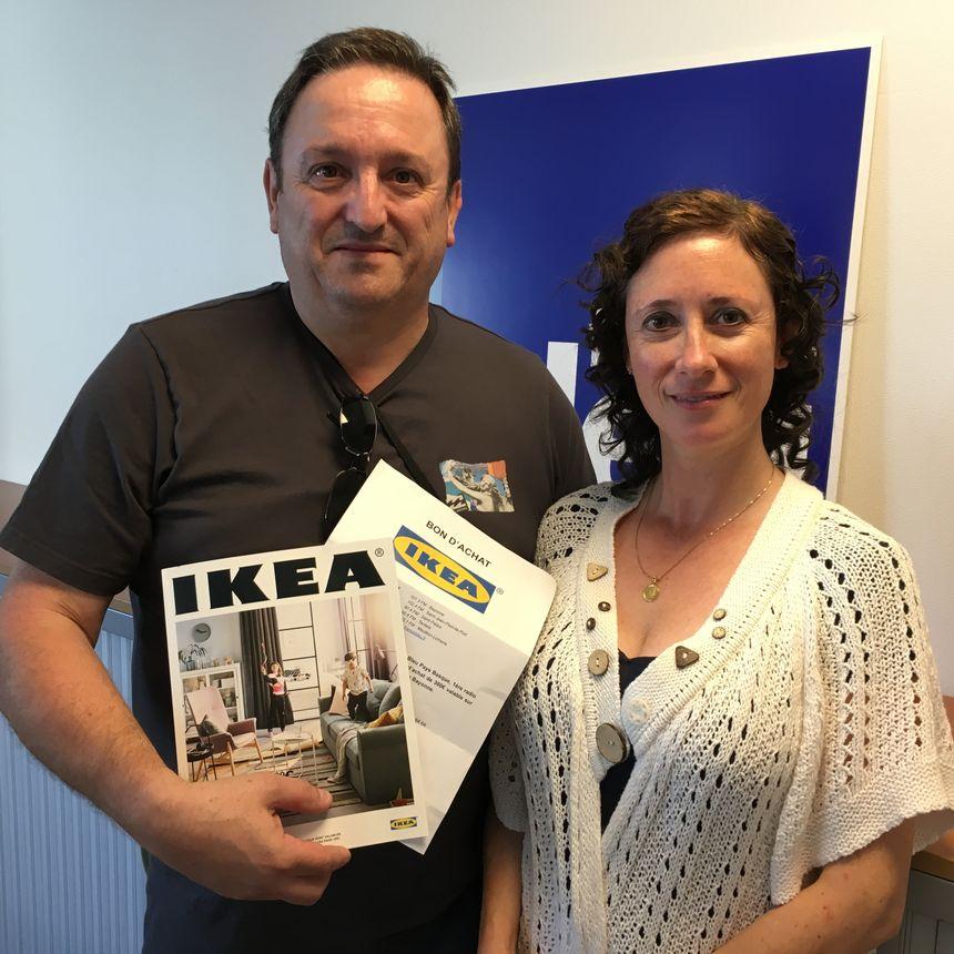 Jean-Pierre d'Urrugne et sa compagne gagnant du chèque de 300€ à dépenser chez IKEA