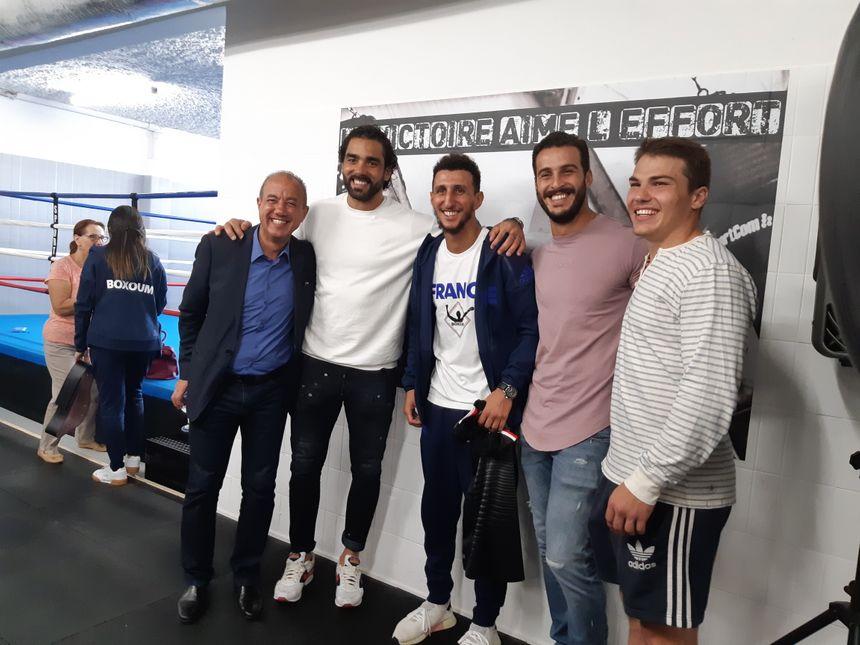 Même les joueurs du Stade Toulousain, partenaire de Sofiane et du Boxoum, sont venus pour la photo. Ici Yoann Huget, Sofiane Guitoune et Antoine Dupont.