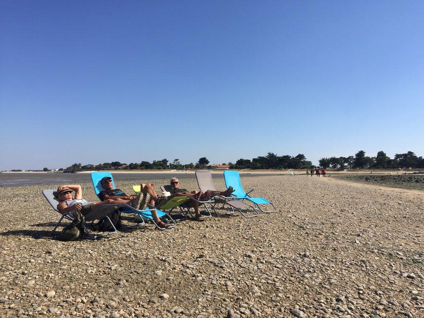Le chemin qui relie Port-des-Barques à l'Île Madame fait un kilomètre, de quoi s'autoriser une pause sur les chaises longues.