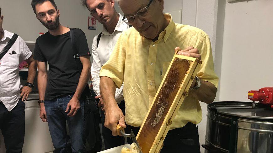 André Héritier, apiculteur depuis 13 ans, a assuré le début de la récolte 2018 de Saint-Etienne Métropole.