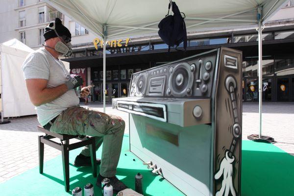 L'artiste Jace en train de personnifier son piano.