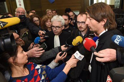 Le lanceur d'alerte des LuxLeaks, Antoine Deltour, et ses avocats, devant un parterre de journalistes.