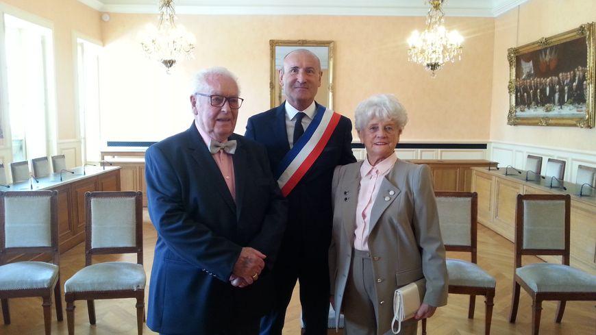 Jacques et Lucette Deschamps entourent Pascal Henriat adjoint au maire d'Auxerr
