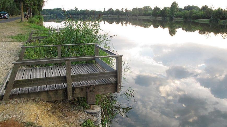Le site multi-activités de La Ballastière, avec son étang.