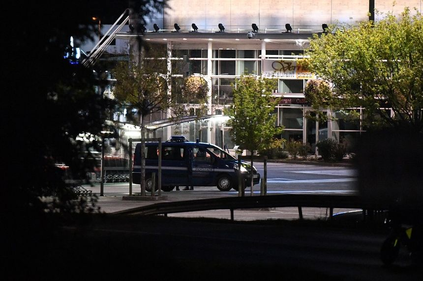 Des gendarmes en poste pendant la reconstitution