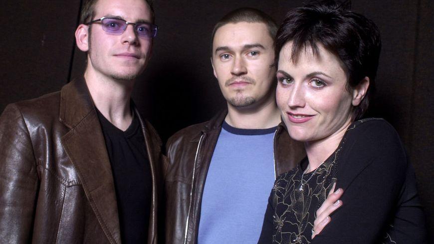 Portrait de groupe de The Cranberries aux studios Wisseloord, Hilversum, Pays-Bas, le 24 septembre 2001. De gauche à droite : Fergal Lawler, Mike Hogan, Dolores O'Riordan.