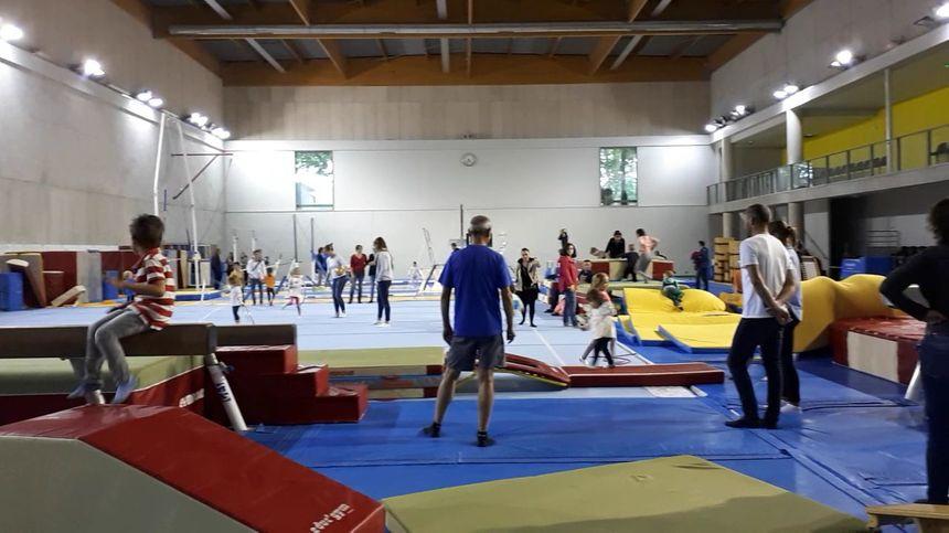 Une salle entière avait été aménagée pour permettre aux jeunes enfants de découvrir la gym.