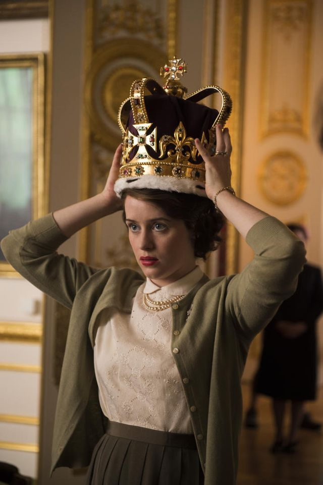 """""""The Crown"""", série télévisée britannique, créée par Peter Morgan (scénariste de """"The Queen"""" en 2006) sur le reine Elizabeth II, interprétée par Claire Foy pour la saison 1."""