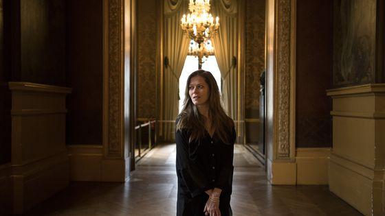 La soprano dans l'enceinte du Palais Garnier à Paris