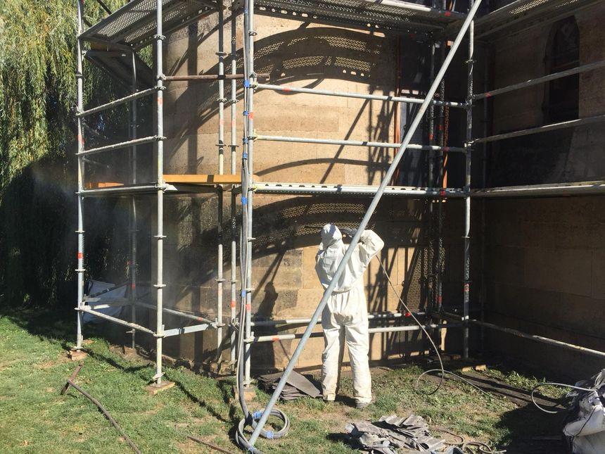Sonia nettoie la façade extérieure de la chapelle