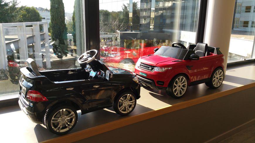 L'entreprise Drone Ardèche a fait cadeau de deux voitures électriques et d'une voiture pousse pied pour les tout petits.