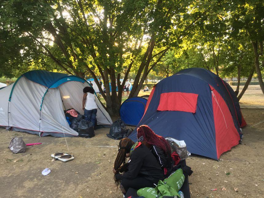Des tentes ont refait leur apparition place du 1er mai.